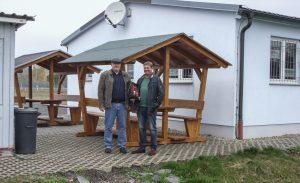 Ulrich Stegner (Vorstand des Blau-Weiß Heubisch) und Matthias Greiner (Geschäftsführer der STL Sonneberg GmbH) vor der neuen Sitzgruppe